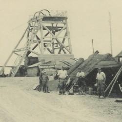 Photo ancienne représentant les fendeurs de l\'ardoisière